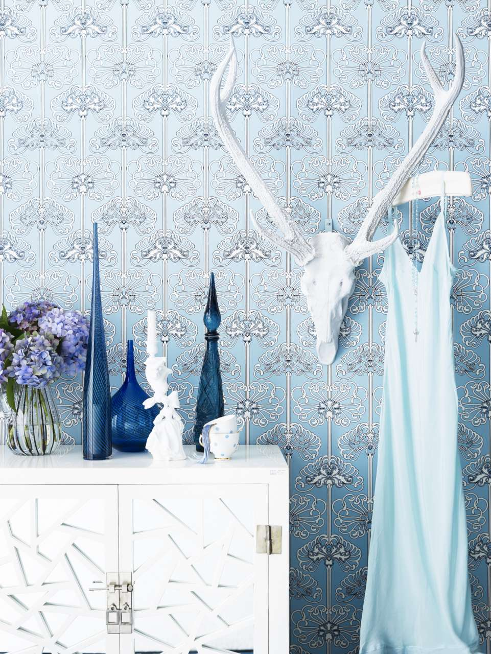 CIN-00031657 Blue Wallpaper & Rams Head -024