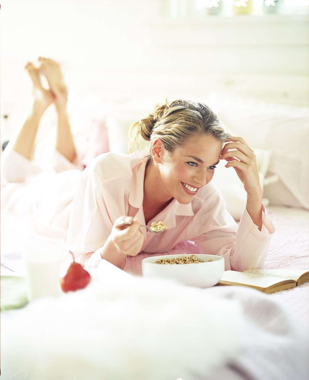 breakfast-girl-on-bed